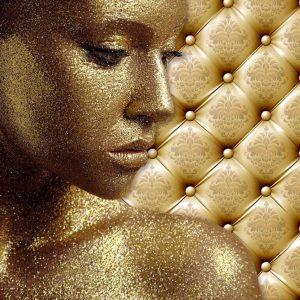 پوستر تصویر زن با چهره طلایی روی زمینه لمسه طلایی