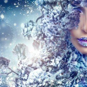 پوستر چهره زن با آرایش آبی و گل های اکلیلی