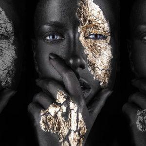 پوستر چهره زن با آرایش مشکی و طلایی روی زمینه مشکی