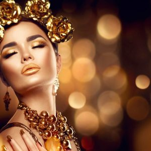 پوستر چهره زه با آرایش و زیورآلات طلایی روی زمینه مشکی طلایی