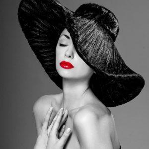 پوستر چهره زن سیاه و سفید با لب های قرمز و کلاه بزرگ