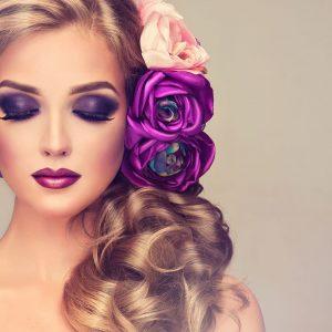 پوستر چهره زن با موی بلند و آرایش بنفش روی زمینه ساده